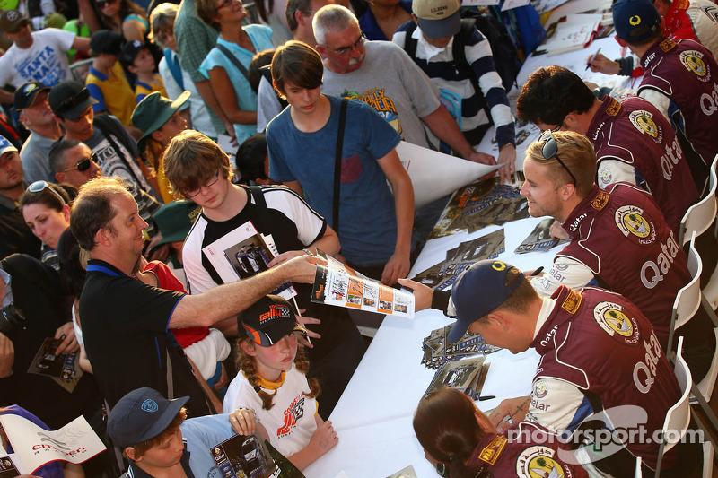 马特·奥斯伯格在比赛前给车迷签名