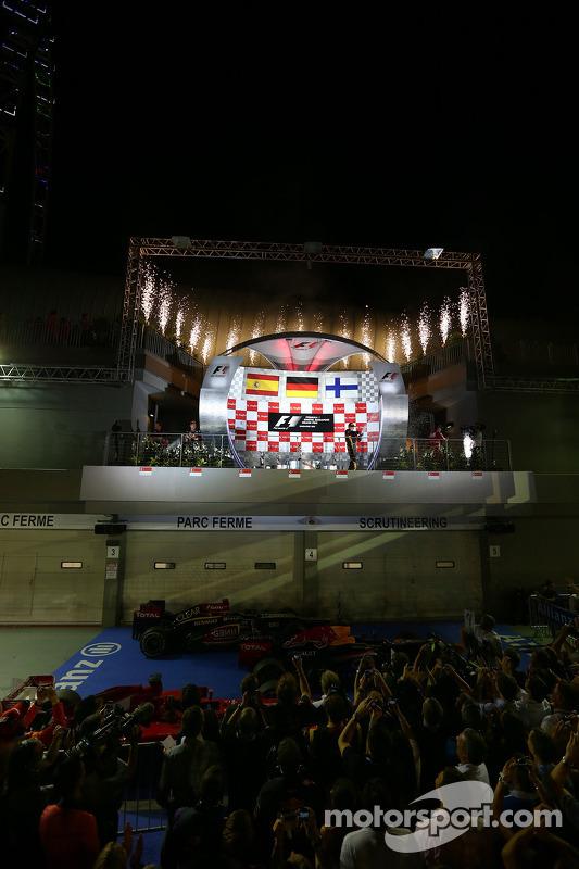 primeiro colocado Sebastian Vettel, Red Bull Racing, com segundo colocado Fernando Alonso, Ferrari e terceiro colocado Kimi Raikkonen, Lotus F1 Team
