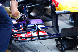 Sebastian Vettel, Red Bull Racing RB9 front wing adjustment by a mechanic