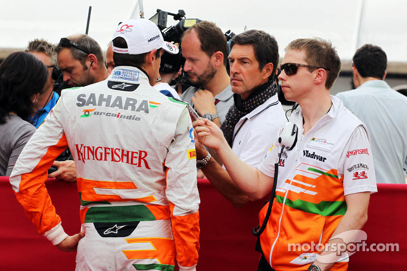 Adrian Sutil, Sahara Force India F1 en Will Hings, Sahara Force India F1 Press Officer met de media