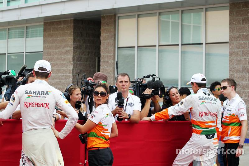 (L naar R): Paul di Resta, Sahara Force India F1 en Adrian Sutil, Sahara Force India F1 met de media