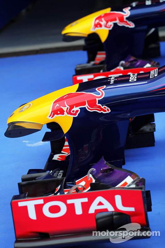 Red Bull Racing RB9s de Sebastian Vettel, Red Bull Racing RB9 e Mark Webber, Red Bull Racing RB9 no parque fechado