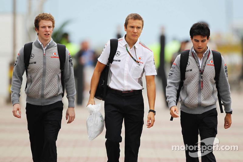 (L naar R): Oliver Turvey, Testrijder McLaren met Antti Vierula, Personal Trainer en Sergio Perez, McLaren