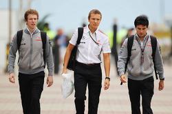 Oliver Turvey, piloto de pruebas de McLaren con Antti Vierula, Entrenador Personal y Sergio Pérez, McLaren