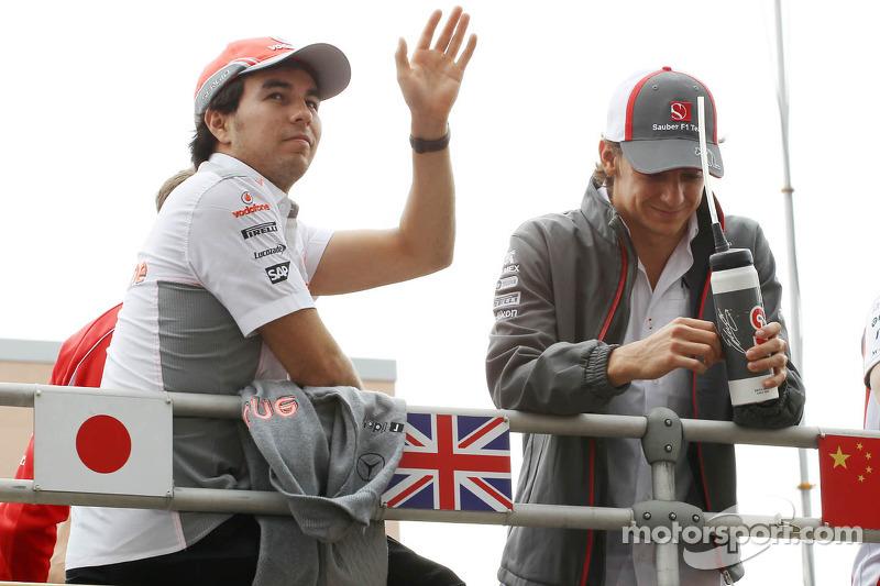 Sergio Pérez, McLaren y Esteban Gutiérrez, Sauber en el desfile de pilotos