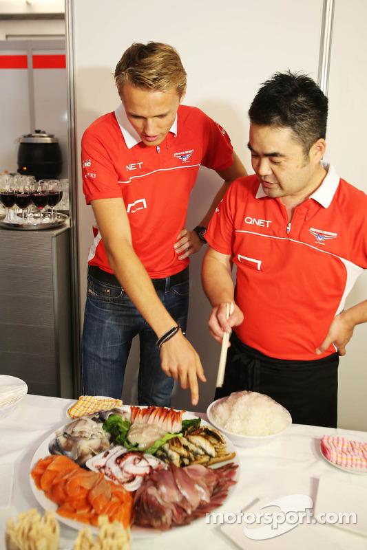 Max Chilton, Marussia F1 Team bij een sushi-evenement van het team