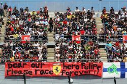 Fans en een banner voor Felipe Massa, Ferrari