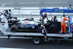 De Williams FW35 van Pastor Maldonado, Williams komt terug naar de pits op een truck na een crash in
