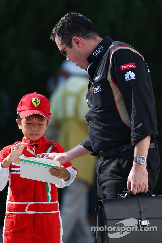 Eric Boullier, chefe da equipe Lotus F1 assina autógrafos para os fãs