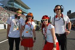 Sasha Cheglakov, Marussia Takım Sahibi; Anya Cheglakov, ve Marc Hynes, Marussia F1 Team Pilot antrenörü gridde