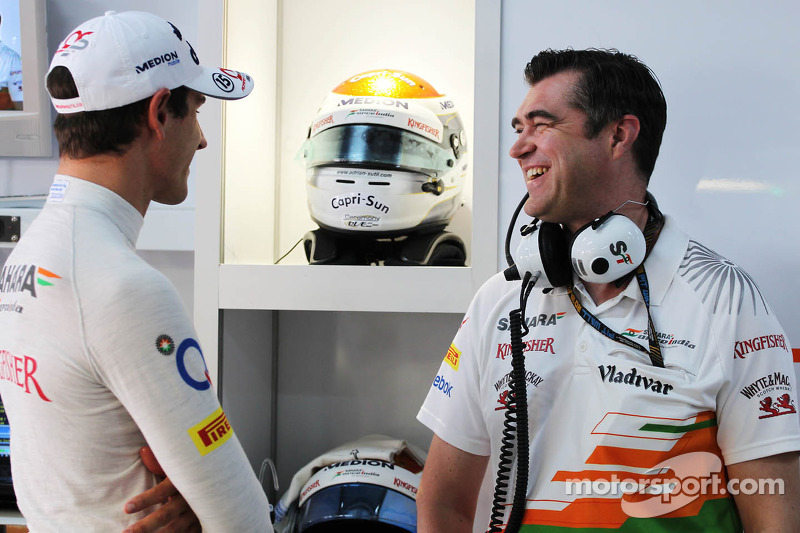 (L naar R): Adrian Sutil, Sahara Force India F1 met Bradley Joyce, Sahara Force India F1 Race Engine