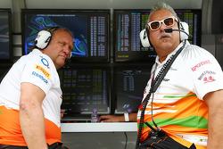 (L naar R): Robert Fernley, Adjunct-teambaas Sahara Force India F1 Team en Dr. Vijay Mallya, Eigenaar Sahara Force India F1 aan de pitmuur