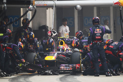 Mark Webber, en el Red Bull Racing RB9 realiza una parada de pits