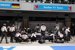 Esteban Gutierrez, Sauber C32 makes a pit stop