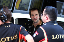 Ciaron Pilbeam, Lotus F1 Team Chief Race Engineer met Eric Boullier, Teambaas Lotus F1, aan de pitmuur