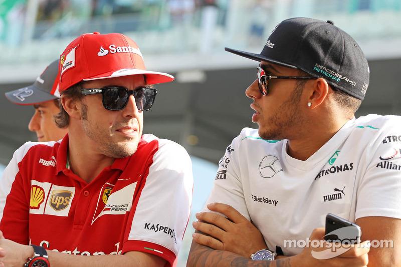 (L naar R): Fernando Alonso, Ferrari met Lewis Hamilton, Mercedes AMG F1 bij de rijdersparade