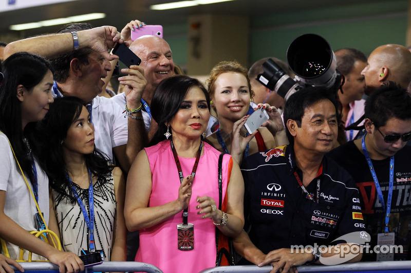 Chalerm Yoovidhya, Red Bull Racing Co-Owner met zijn vrouw in parc ferme