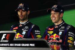 (Зліва направо): Марк Веббер, Red Bull Racing і переможець гонки Себастьян Феттель, Red Bull Racing у прес-конференції FIA