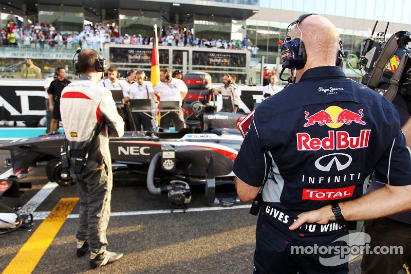Christian Horner, Teambaas Red Bull Racing kijkt naar de Sauber C32 van Nico Hulkenberg, Sauber op d