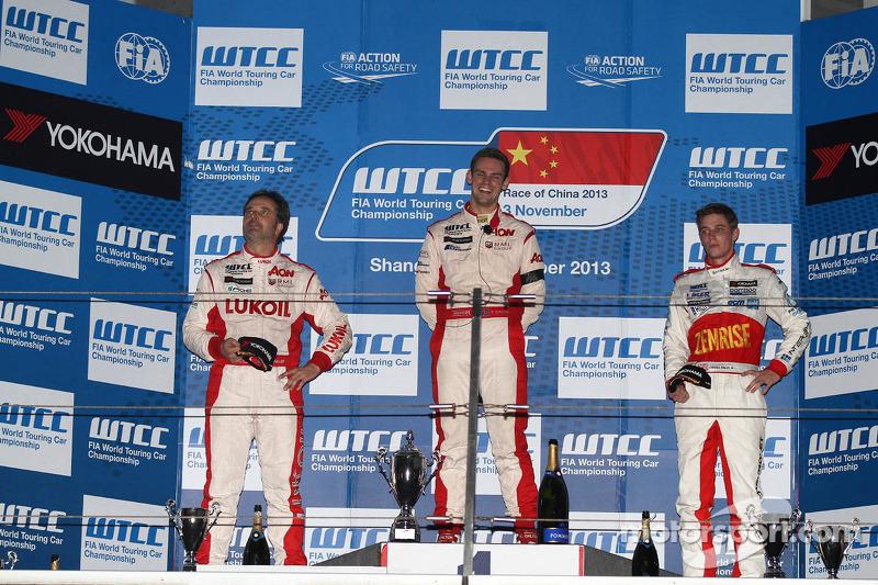 1e plaats Tom Chilton, Chevrolet Cruze 1.6T, RML en 3e plaats voor James Nash, Chevrolet Cruze 1.6 T, Bamboo Engineering