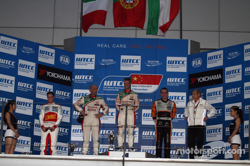1e plaats Tiago Monteiro, Honda Civic Super 2000 TC, Honda Racing Team Jas, 2e plaats voor Gabriele Tarquini, Honda Civic, Honda Racing Team J.A.S.  en 3e plaats voor Norbert Michelisz, Honda Civic, Zengo Motorsport