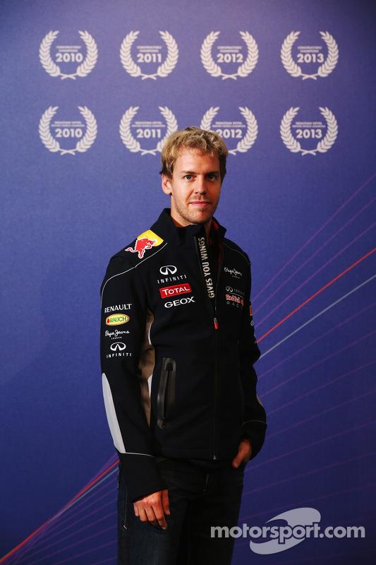 Sebastian Vettel, campeão do mundo em 2013, visita a fábrica da Red Bull Racing em Milton Keynes