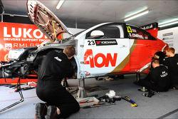 Monteurs repareren de auto van Tom Chilton, Chevrolet Cruze 1.6 T, RML