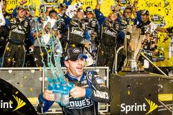 Championship victory lane: NASCAR Sprint Cup Series 2013 kampioen 2013 Jimmie Johnson, Hendrick Motorsports Chevrolet viert feest