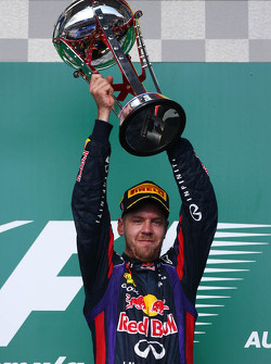 Podio: ganador de la carrera Sebastian Vettel, Red Bull Racing