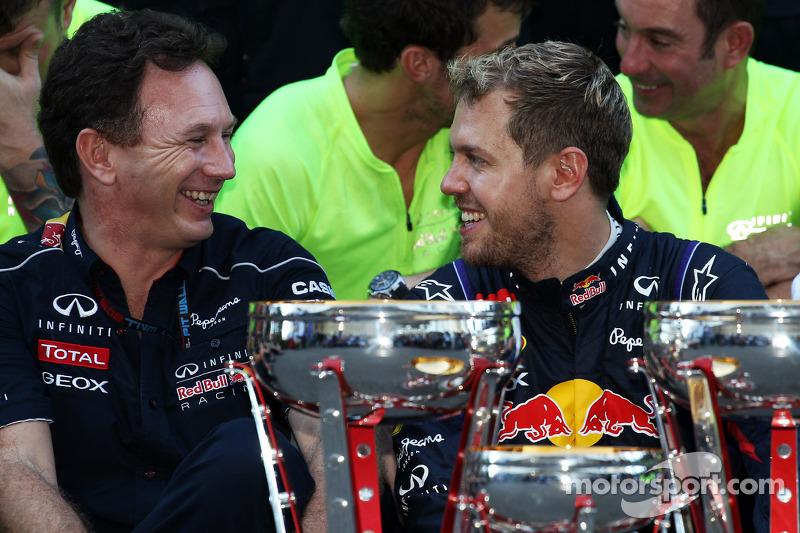 (L naar R): Christian Horner, Teambaas Red Bull Racing en racewinnaar Sebastian Vettel, Red Bull Racing vieren feest met het team