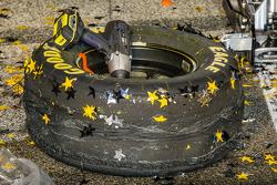 Championship victory lane: Hendrick Motorsports crew zet een nieuwe band op de #48 tijdens het feest in de victory lane