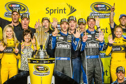 Championship victory lane: NASCAR Sprint Cup Series 2013 kampioen 2013 Jimmie Johnson, Hendrick Motorsports Chevrolet met zijn team