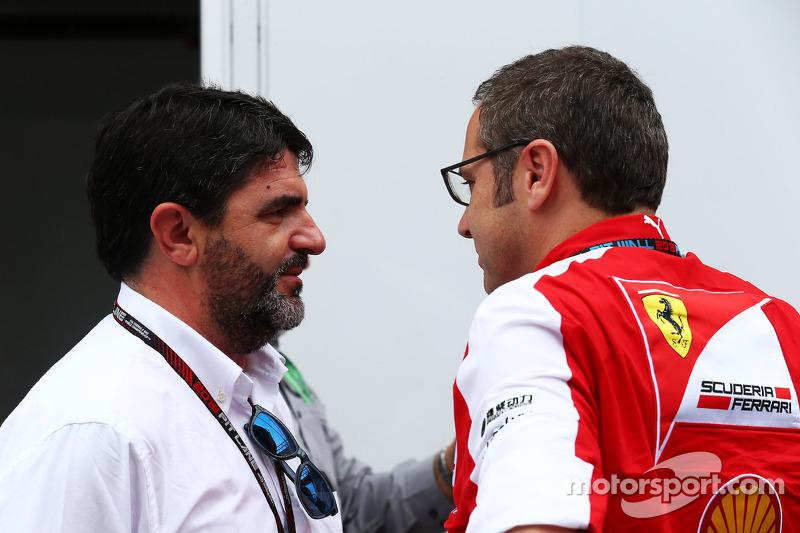 (L naar R): Luis Garcia Abad, Manager of Fernando Alonso, Ferrari met Stefano Domenicali, Algemeen Directeur Ferrari