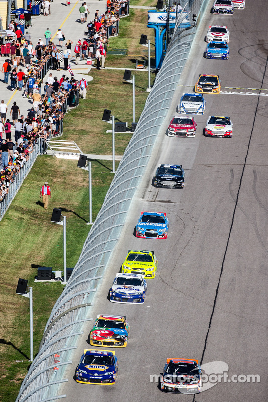 Martin Truex Jr., Michael Waltrip Racing Toyota e Denny Hamlin, Joe Gibbs Racing Toyota lidera grupo de carros