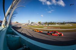 Mark Martin, Stewart-Haas Racing Chevrolet e Joey Logano, Penske Racing Ford