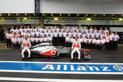 (L naar R): Sergio Perez, McLaren en Jenson Button, McLaren op een teamfoto