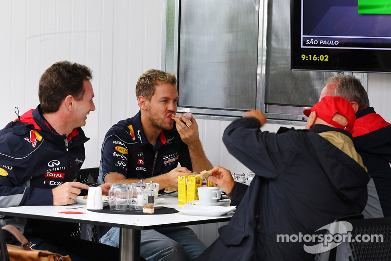 (L naar R): Christian Horner, Teambaas Red Bull Racing ontbijt met Sebastian Vettel, Red Bull Racing; Niki Lauda, Mercedes Non-Executive Chairman