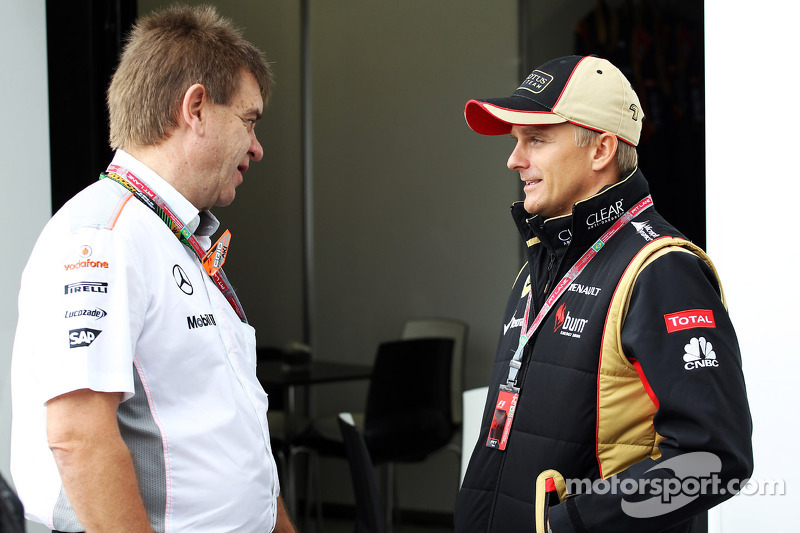 (L naar R): Dr. Aki Hintsa, teamdokter McLaren met Heikki Kovalainen, Lotus F1 Team