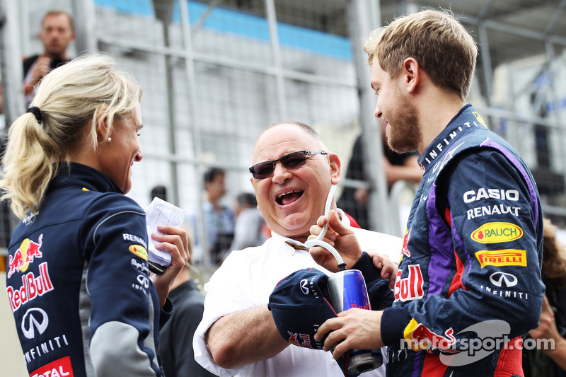 (L naar R): Britta Roeske, Red Bull Racing Press Officer met Pat Behar, FIA, en Sebastian Vettel, Red Bull Racing