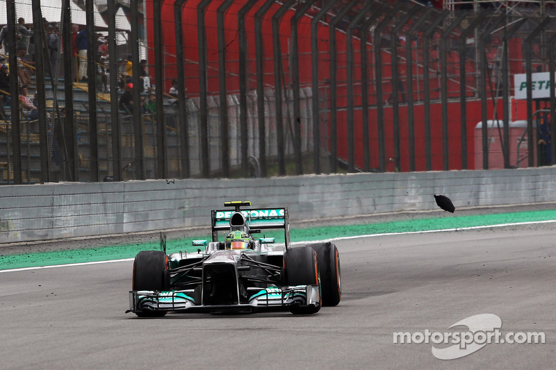 Lewis Hamilton, Mercedes AMG F1 W04 con un neumático trasero pinchado después del contacto con Valtteri Bottas, Williams FW35