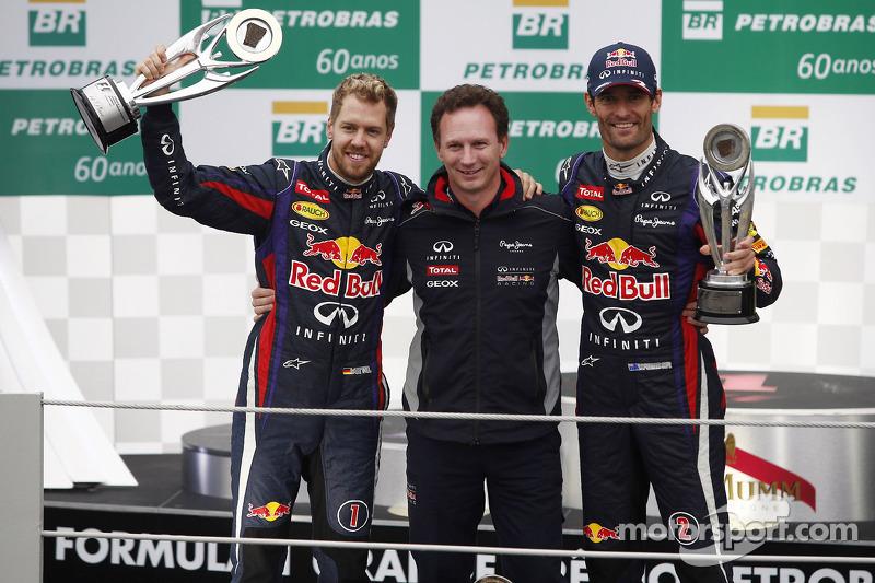 (L naar R): racewinnaar Sebastian Vettel, Red Bull Racing met Christian Horner, Teambaas Red Bull Racing en de als tweede gefinishte Mark Webber, Red Bull Racing, die zijn laatste race reed