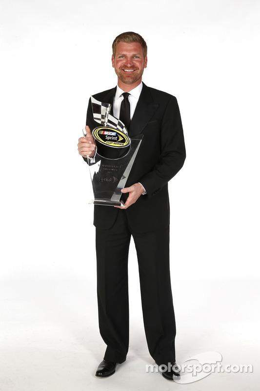 Clint Bowyer posa para uma foto com o seu sétimo troféu