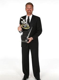 Clint Bowyer poseert met zijn beker voor de 7e plaats