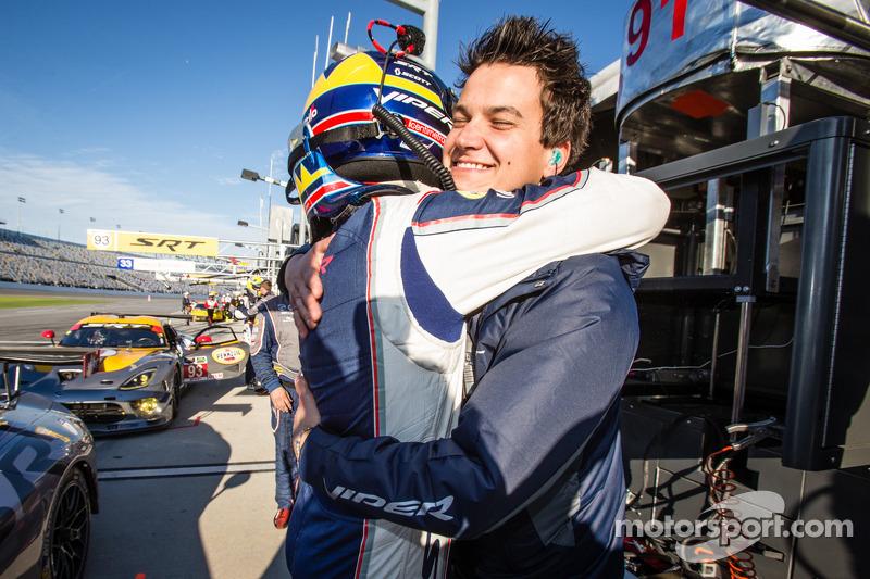 GT il vincitore della pole Marc Goossens festeggia con Dominik Farnbacher