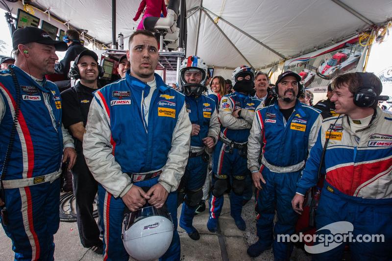 Yarış gerginliğini sonu: Action Express Racing takım üyeleri yarışın son turunu takip ediyor