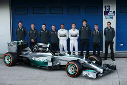 Das Mercedes-Team mit dem Mercedes AMG F1 W05