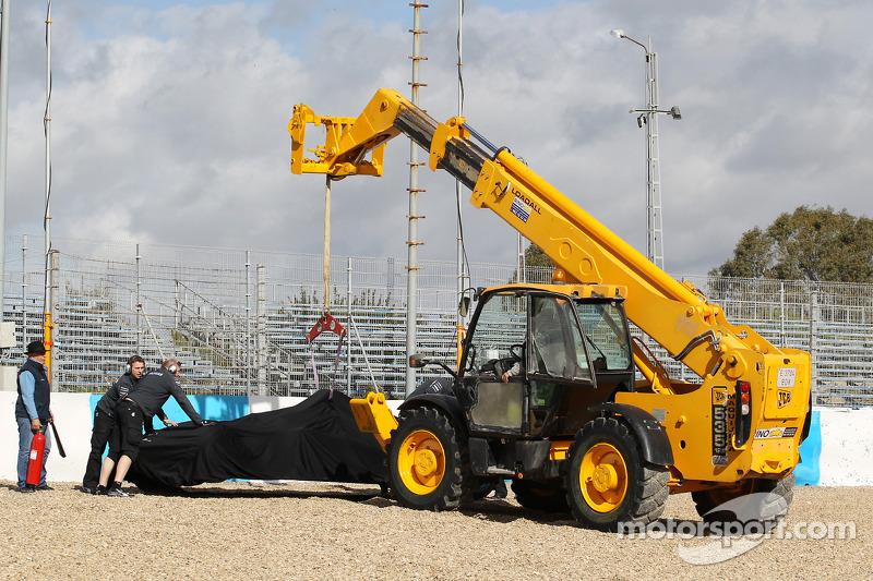 El Mercedes AMG F1 W05 de Lewis Hamilton, Mercedes AMG F1 es levantad por la grúa después de haberse