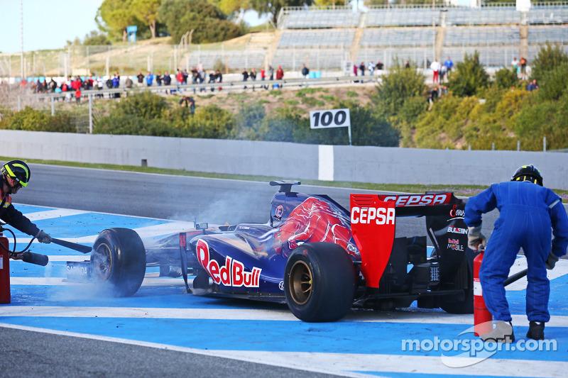 La Scuderia Toro Rosso STR9 di Jean-Eric Vergne, Scuderia Toro Rosso è recuperata dagli ufficiali di gara dopo l'arresto sul rettilineo di partenza / arrivo