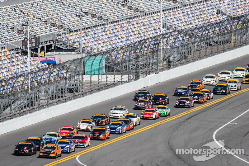 ST起步: #93 HART 本田思域Si: Chad Gilsinger, Michael Valiante,和#56 Murillo Racing,宝马328i: Jeff Mosing, Eri