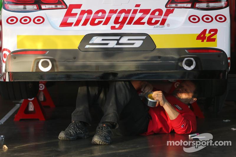 I membri del team lavorano sulla vettura di Kyle Larson, Ganassi Racing Chevrolet